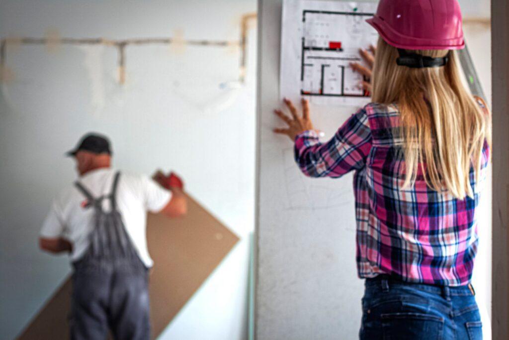 układanie paneli podłogowych iściennych szpachlowanie gruntowanie, malowanie